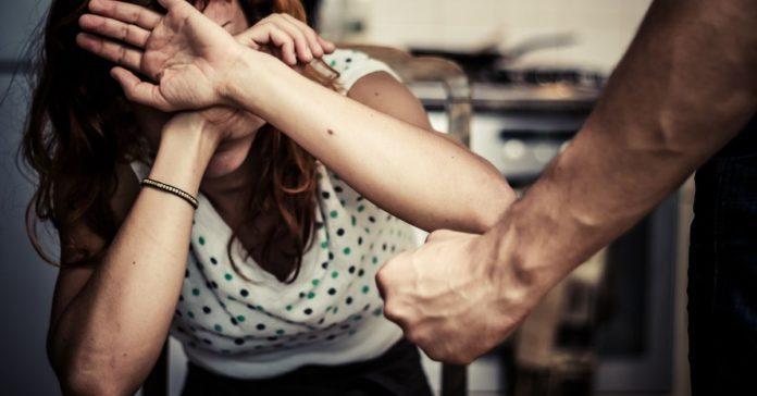 ¿Qué hacer si el novio de mi hija la maltrata portada