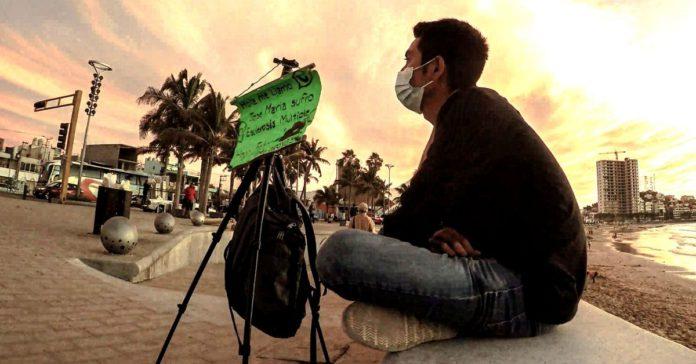Chema El fotógrafo que cobra '10 pesitos' para tratar su esclerosis portada