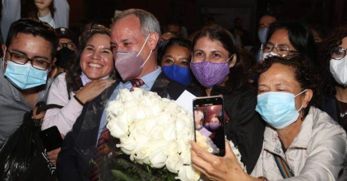 Después de 200 mil muertos, festejan a López-Gatell con mariachi, pastel y flores portada