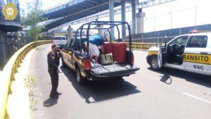 Elementos de seguridad brindan apoyo a los pasajeros del aeropuerto debido al bloqueo de padres de niños con cáncer