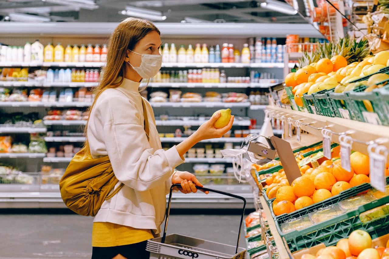 Se convirtió en una costumbre desinfectar lo que llegaba del supermercado | Foto: Pexels