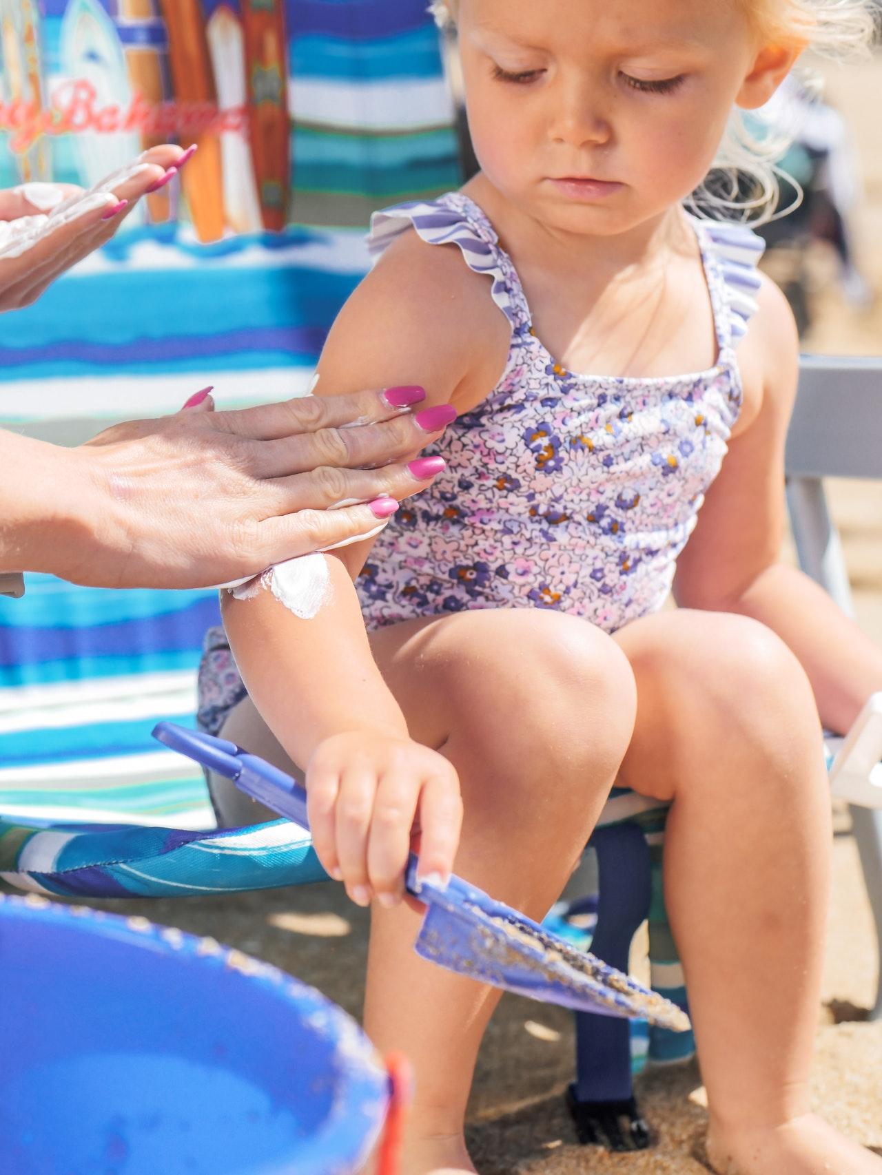 Los niños también deben usar protectores solares   Foto: Pexels