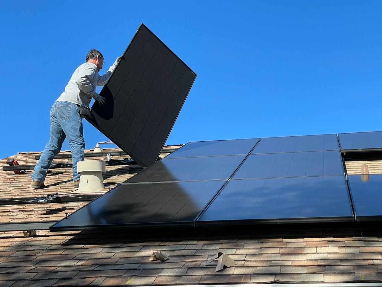 Los paneles solares representan un ahorro en el recibo de luz | Foto: Pexels