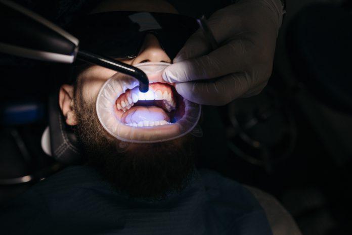 Los dientes se pueden blanquear de forma natural | Foto: Pexels