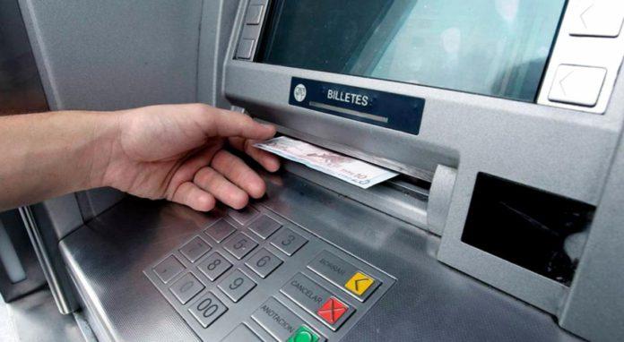 comisiones-que-cobra-cada-banco-si-retiras-dinero-con-tarjeta-de-otro